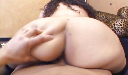 زرق و برق دار زن گمراه به داستانهای مصور پورن آرامی در یک آبشار زیبا